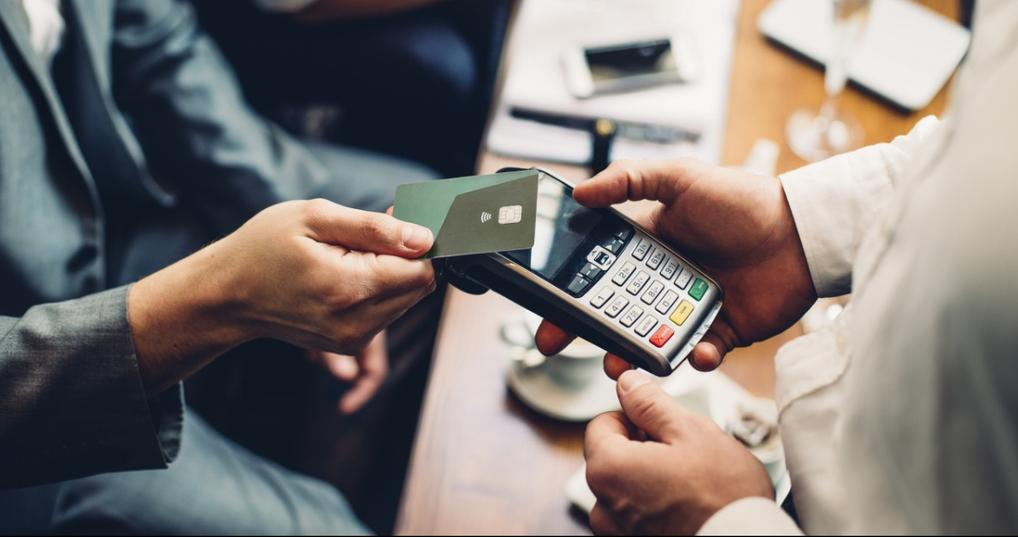Man paying for a purchase with a no annual fee credit card