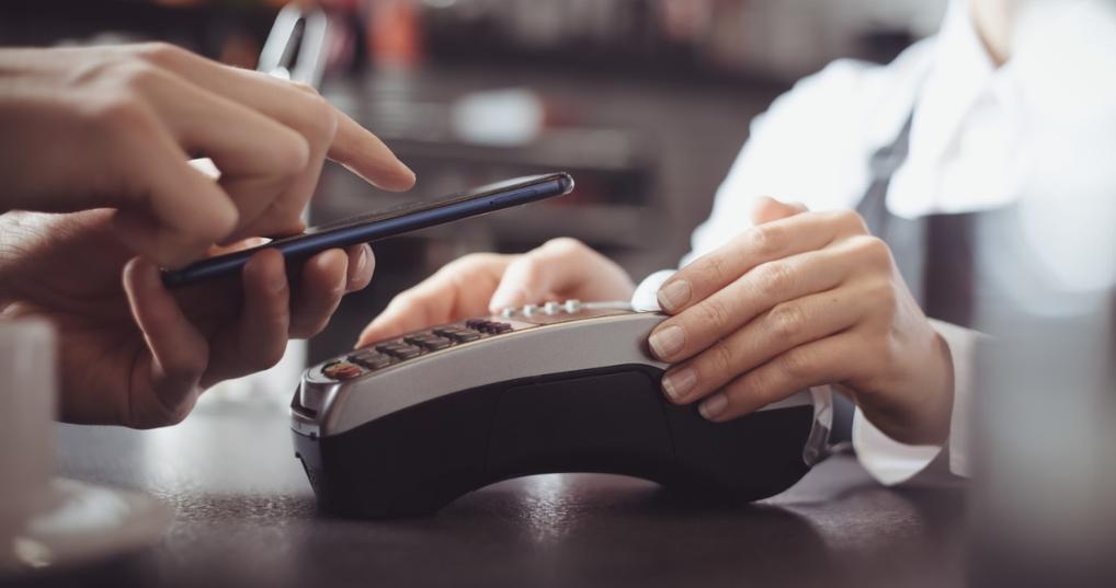 Man earning cash back on Apple Pay
