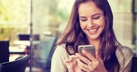 Femme heureux utilisant le smartphone
